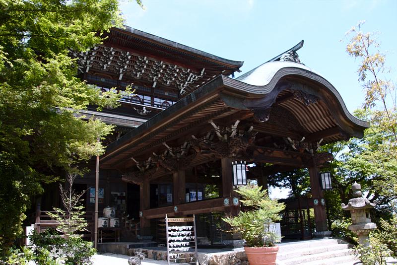 entrada de uno de los edificios del templo Daisho-in de Miyajima