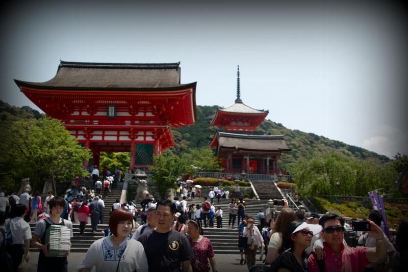 entrada del templo Kiyomizudera en barrio de Higashiyama Kioto