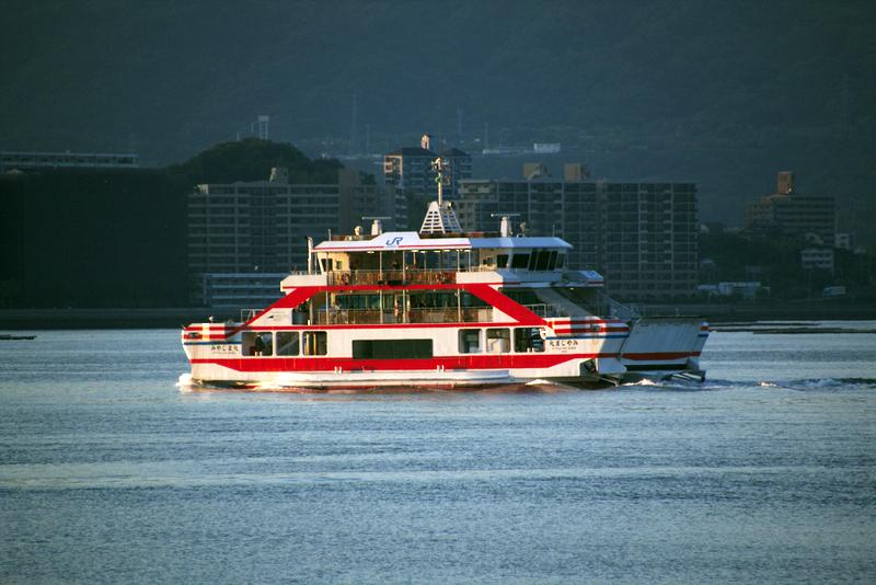ferry de la compañía JR que realiza trayecto entre Hiroshima y Miyajima