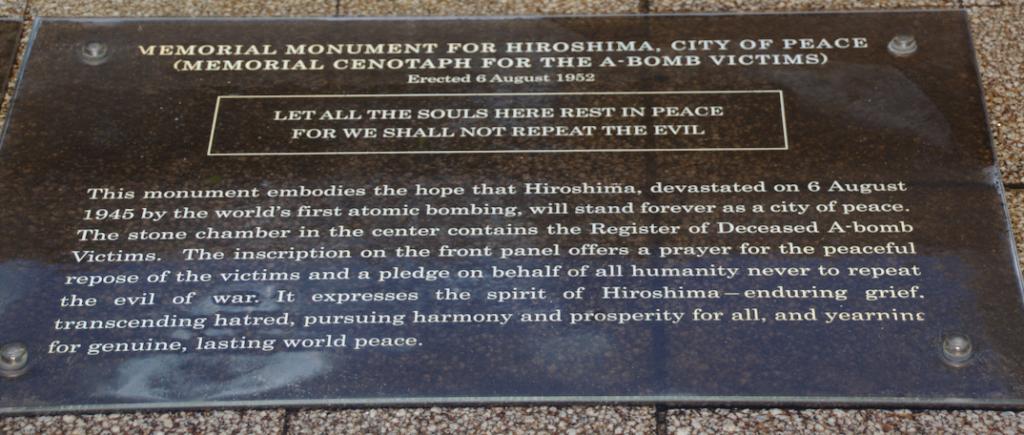 placa conmemorativa en el Cenotafio del Parque de la Paz en Hiroshima