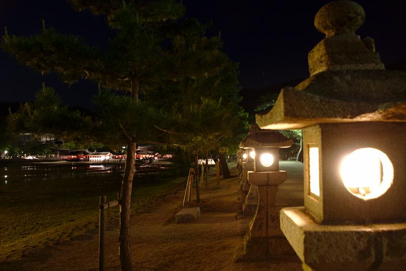 sendero al lado del mar en Miyajima de noche