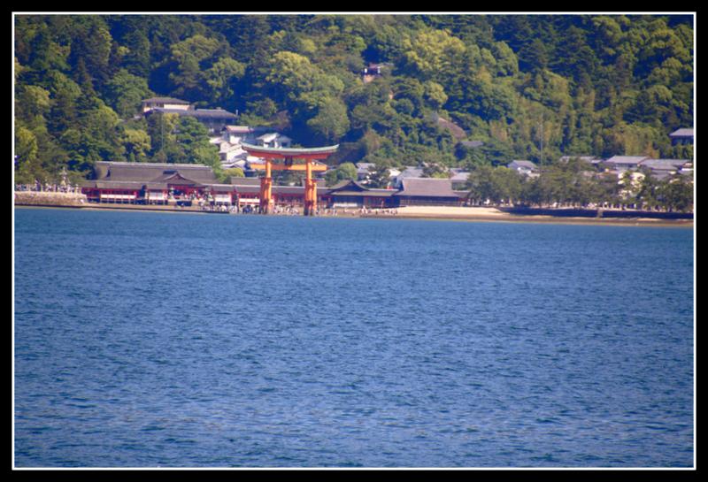 vista de la isla de Miyajima desde el ferry