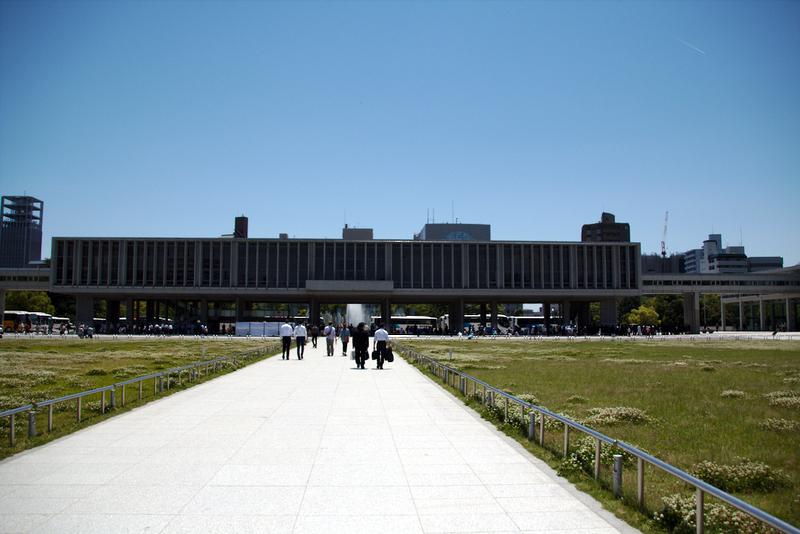 vista del Museo de la Paz en Hiroshima desde entrada del parque