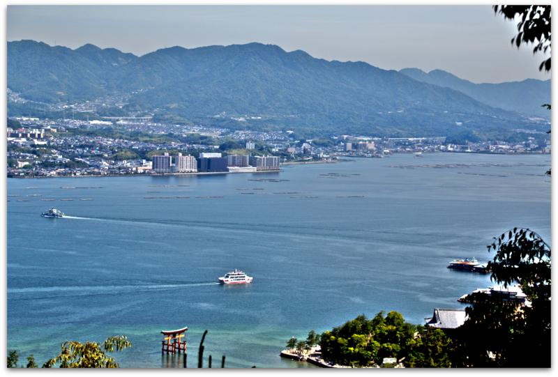 vista del mar desde punto de descanso en la subida del Monte MIsen en Miyajima