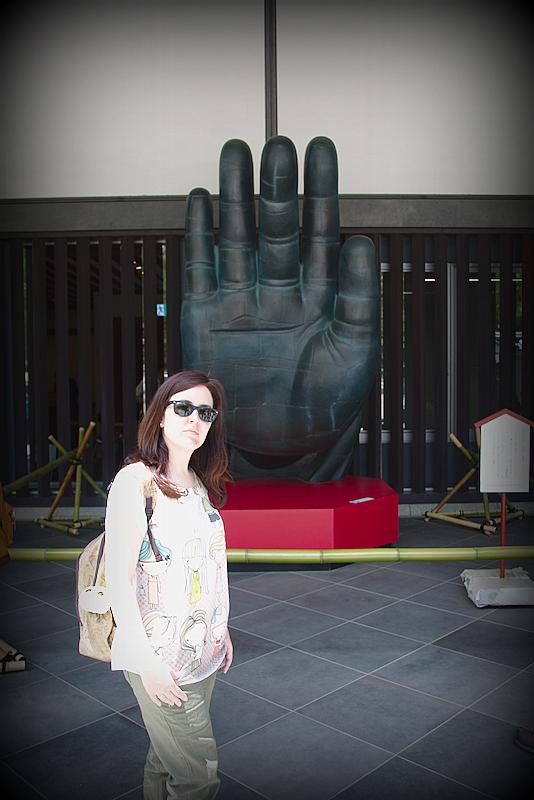 Lidia delante de la réplica de la mano de Buda en el templo Todai-ji en Nara