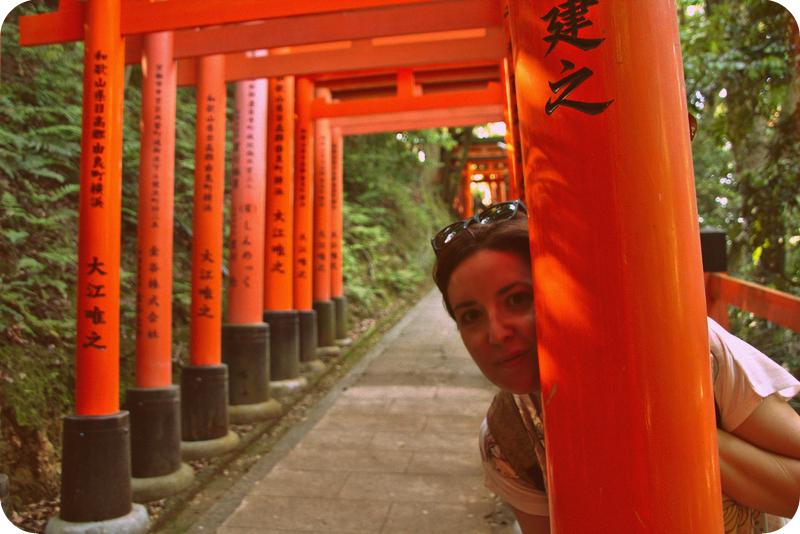 Lidia entre los toriis del Fushimi Inari en Kioto