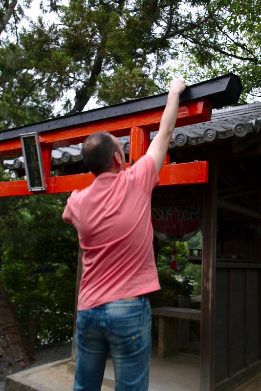 Sergio colocando piedra en torii de Ryoan-ji en Kioto