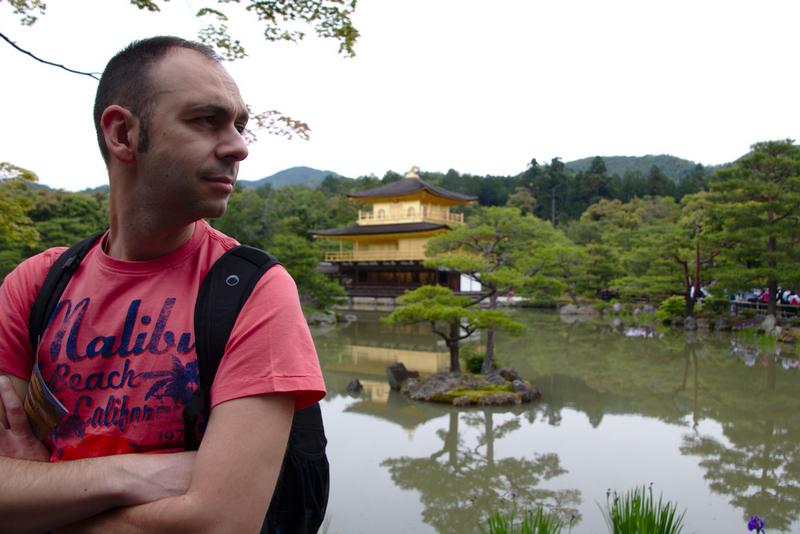 Sergio delante del Kikaku-ji o Pabellón Dorado en Kioto