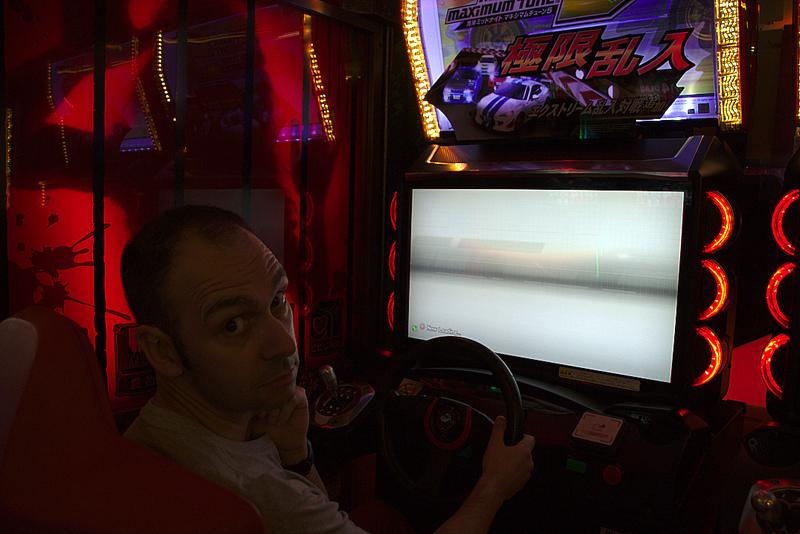 Sergio en un vídeo juego de una arcade en el barrio de Akihabara de Tokio