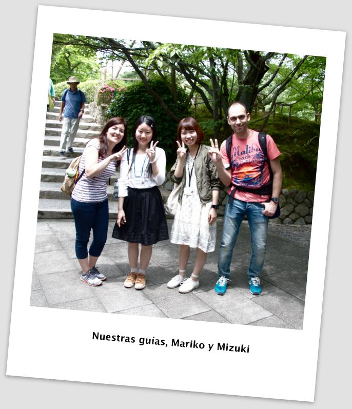 Sergio y Lidia con estudiantes guías en Ryoan-ji en Kioto