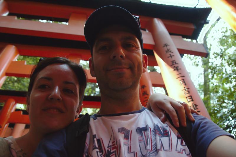 Sergio y Lidia entre los toriis del Fushimi Inari en Kioto