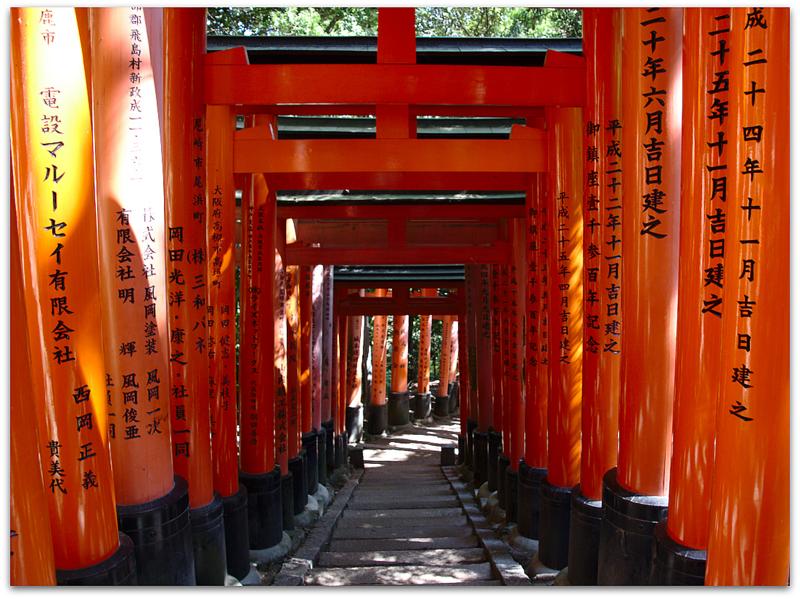 camino de toriis en el Fushimi Inari en Kioto
