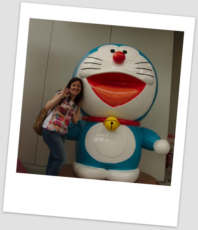 Lidia con Doraemon en el edificio de la TV Asahi en Roppongi