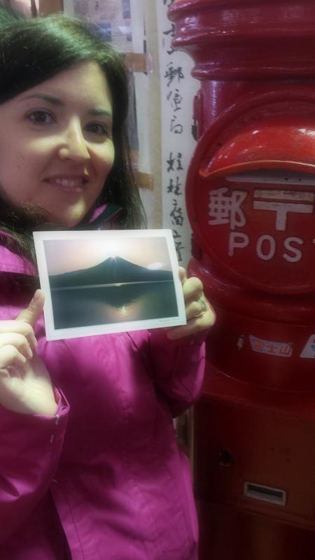 Lidia con la postal que echamos en la estafeta de correos de la Quinta Estación del Monte Fuji