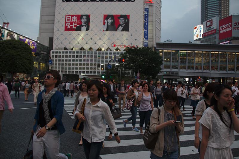 Lidia cruzando en el cruce de Shibuya de Tokio