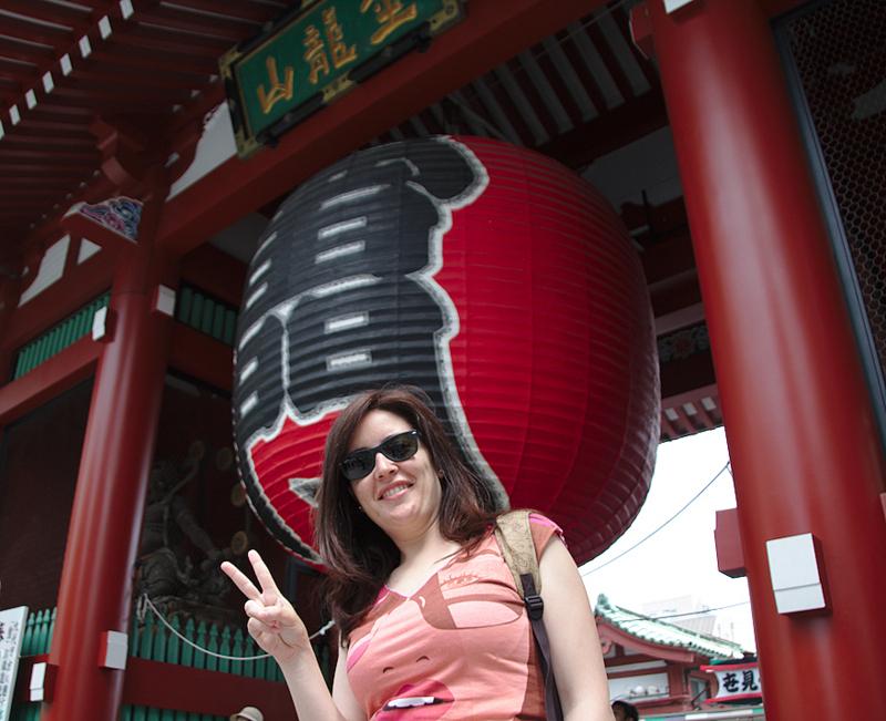 Lidia delante de la linterna del templo Senso-ji del barrio de Asakusa en Tokio
