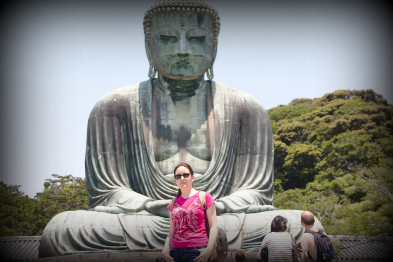 Lidia delante del Daibutsu en Kamakura