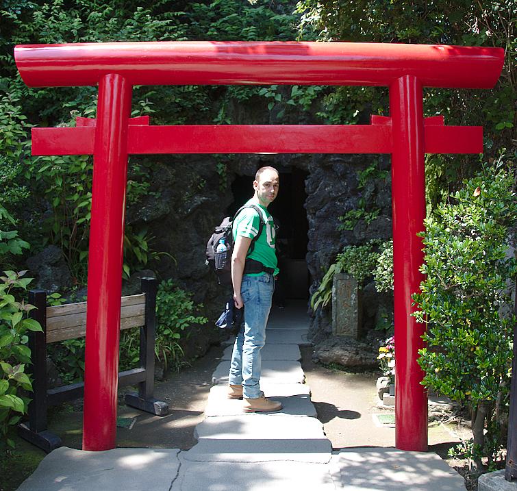 Sergio bajo el torii que da entrada a la cueva en el templo de Hasedera en Kamakura