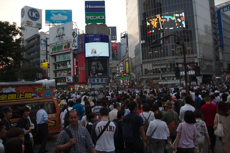 cruce de Shibuya en Tokio con gente pasando