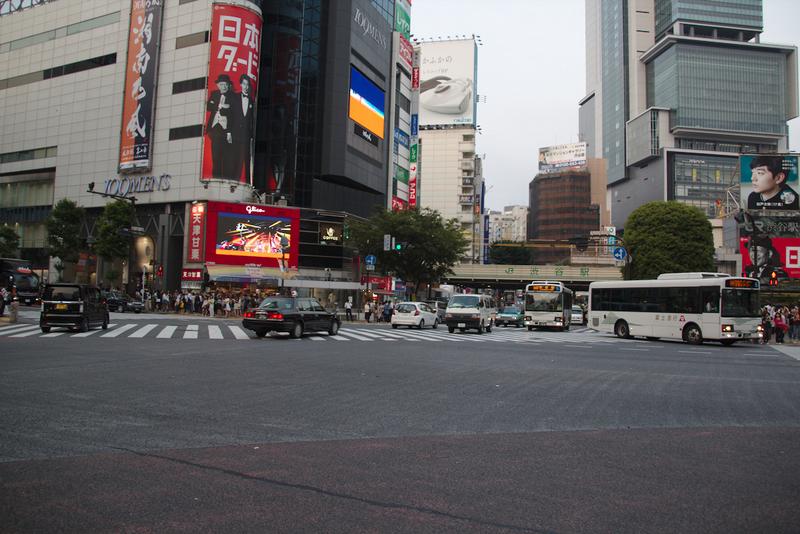 cruce de Shibuya en Tokio con los semáforos cerrados