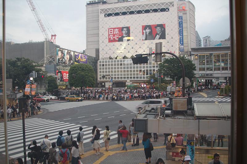 cruce de Shibuya en Tokio sin gente visto desde el Starbucks
