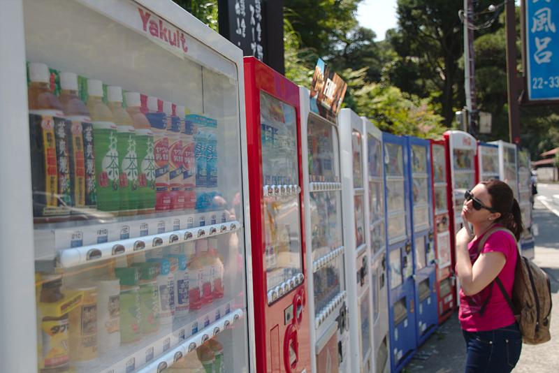 en el camino hacia Kamakura Station Lidia decididiendo qué bebida coger de todas las máquinas expendedoras