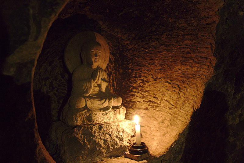 estatua de Buda en el interior de la cueva del templo de Hasedera en Kamakura