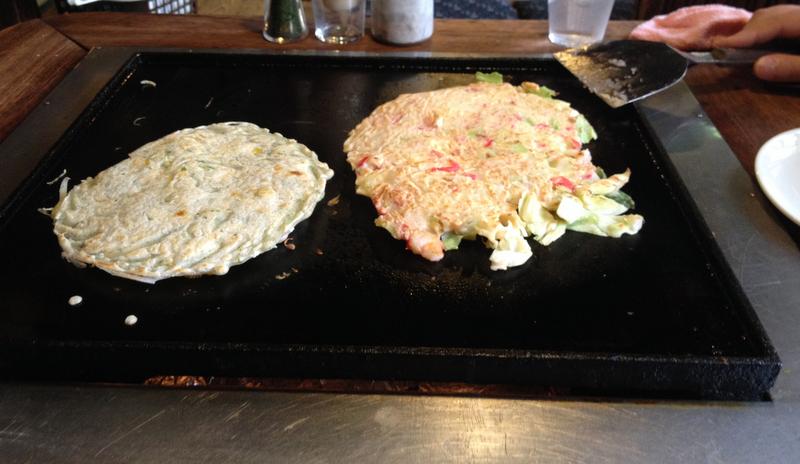 okonomiyaki haciendose en el restaurante Sometaro de Asakusa en Tokio2