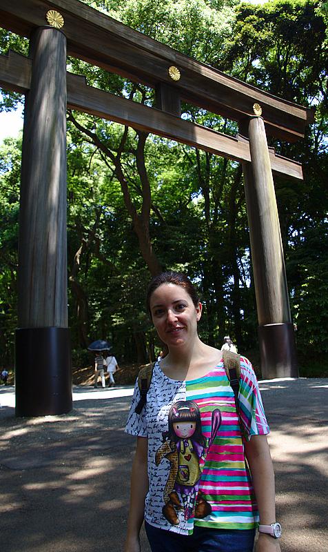 Lidia bajo el torii de entrada del Santuario Meiji en Harajuku