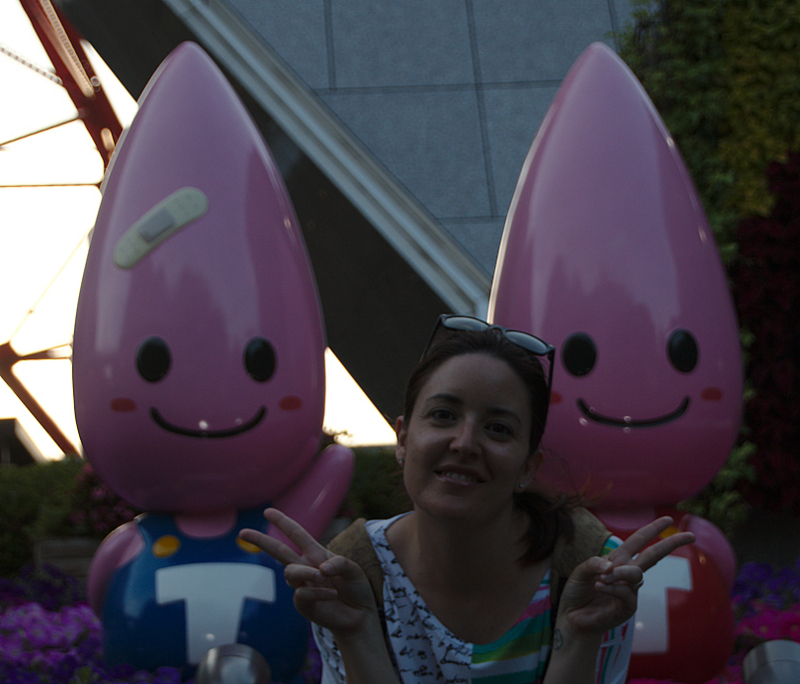 Lidia con las mascotas de la Tokyo Tower