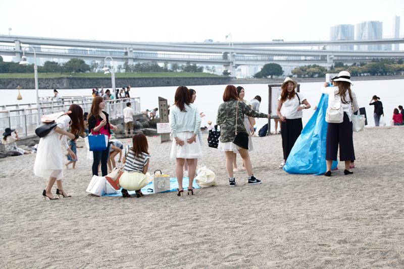 grupo de chicas en la playa de Odaiba1