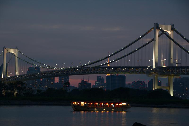 vista nocturna del Puente Rainbow desde la playa de Odaiba