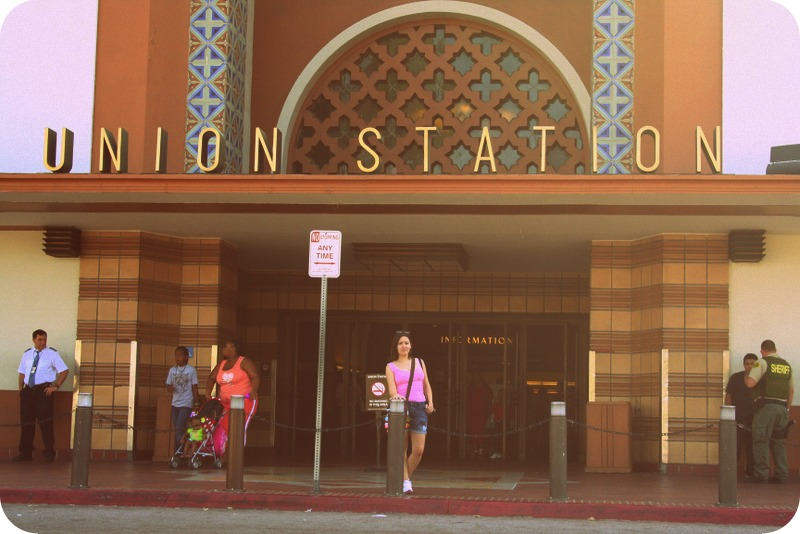 Lidia a la entrada de Union Station en Los Angeles