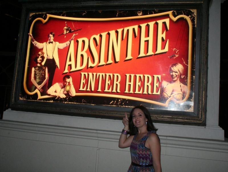 Lidia con el cartel de Absinthe en Las Vegas