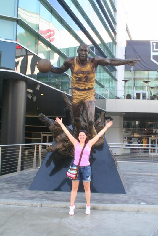 Lidia con la estatua de Magic Johnson delante del Staples Center de Los Angeles