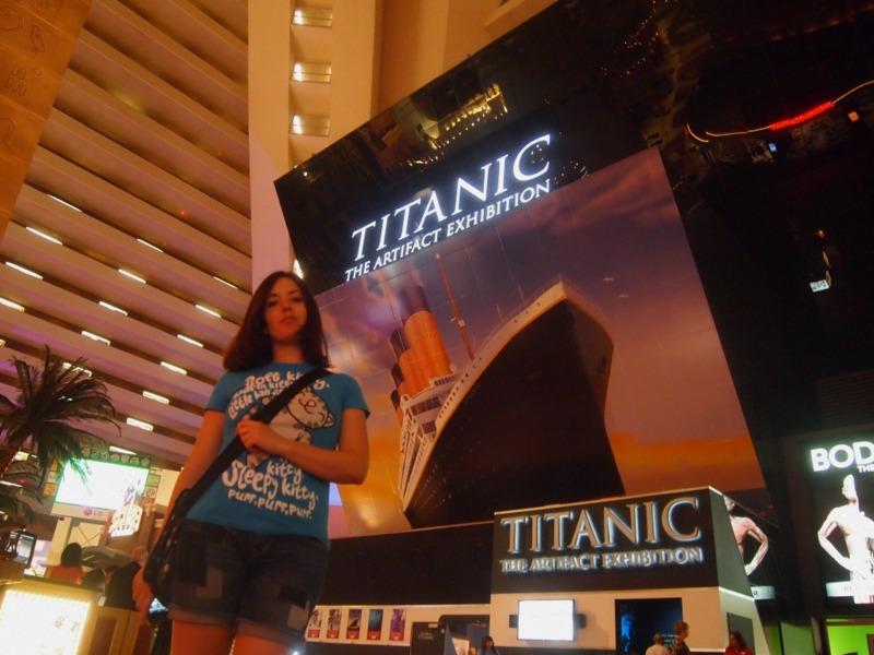 Lidia a la entrada de la exhibición sobre el Titanic en el hotel Luxor de Las Vegas