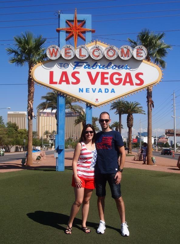 Sergio y Lidia bajo el cartel de Welcome to Fabulous Las Vegas