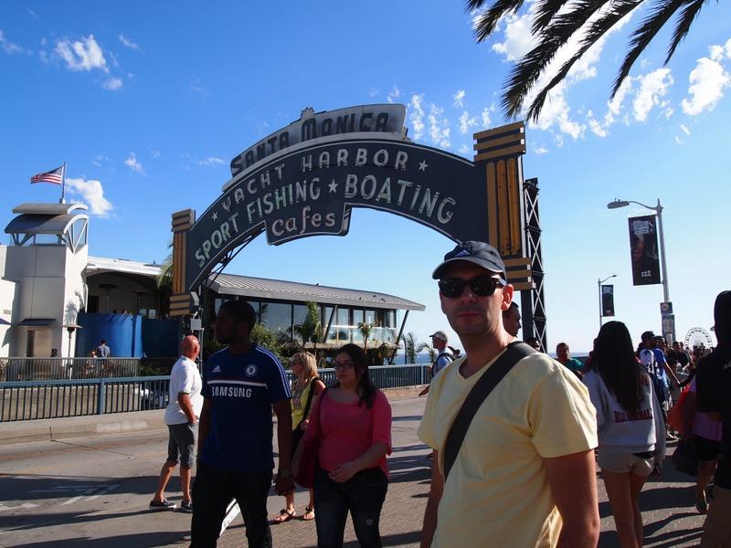Sergio a la entrada del Santa Monica Pier en Los Angeles