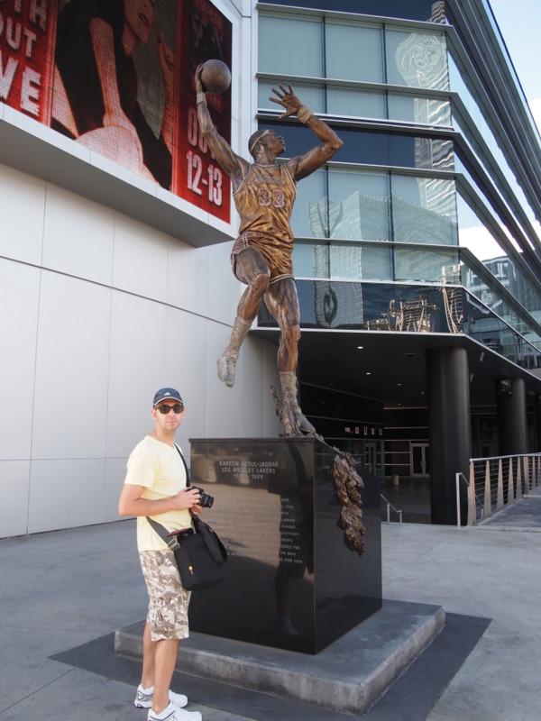 Sergio delante de la estatua de Kareem Abdul Jabbar en el Staples Center de Los Angeles