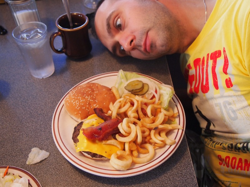 Sergio con su comida en el Peggy Sue's de Barstow