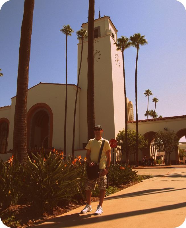 Sergio delante de Union Station en Los Angeles