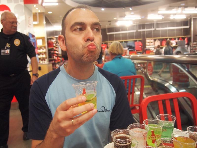 """Sergio probando la coca-cola """"Beverly"""" en el bar de Las Vegas"""
