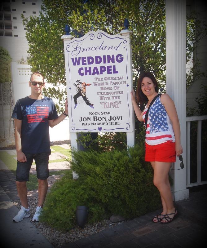 Sergio y Lidia a la entrada de la capilla de bodas Graceland en Las Vegas