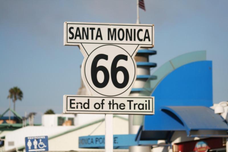 cartel del final de la Ruta 66 en la playa de Santa Monica en Los Angeles
