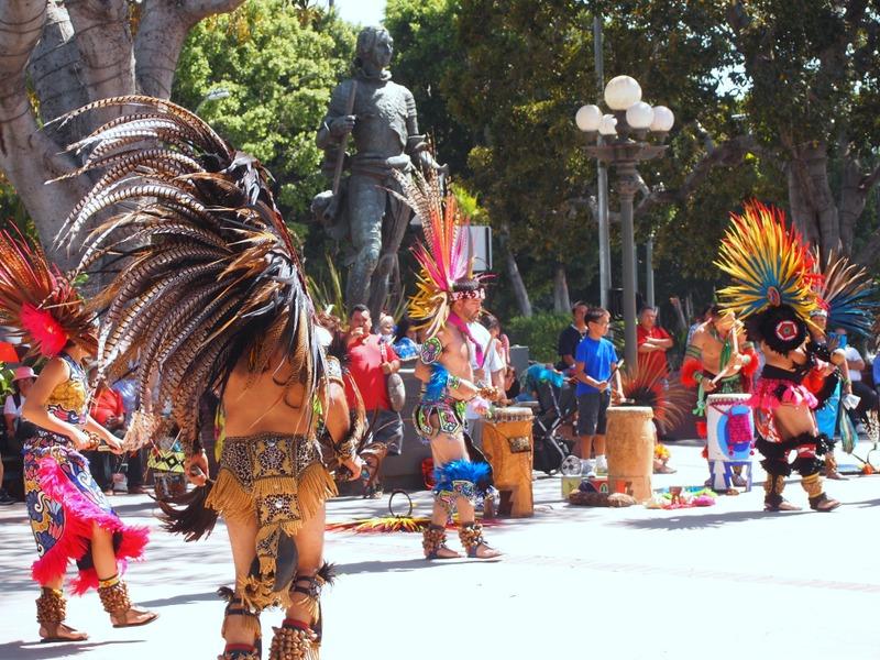 baila tradicional en El Pueblo de Los Angeles