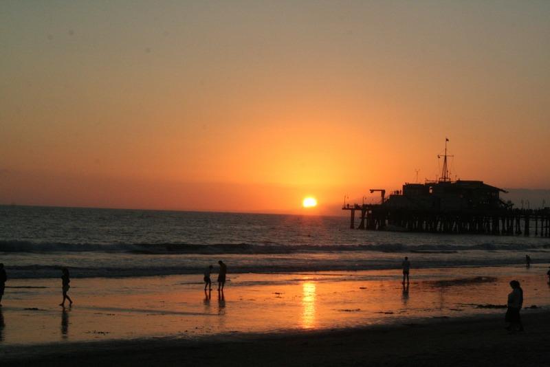 puesta de sol en la playa de Santa Monica en Los Angeles