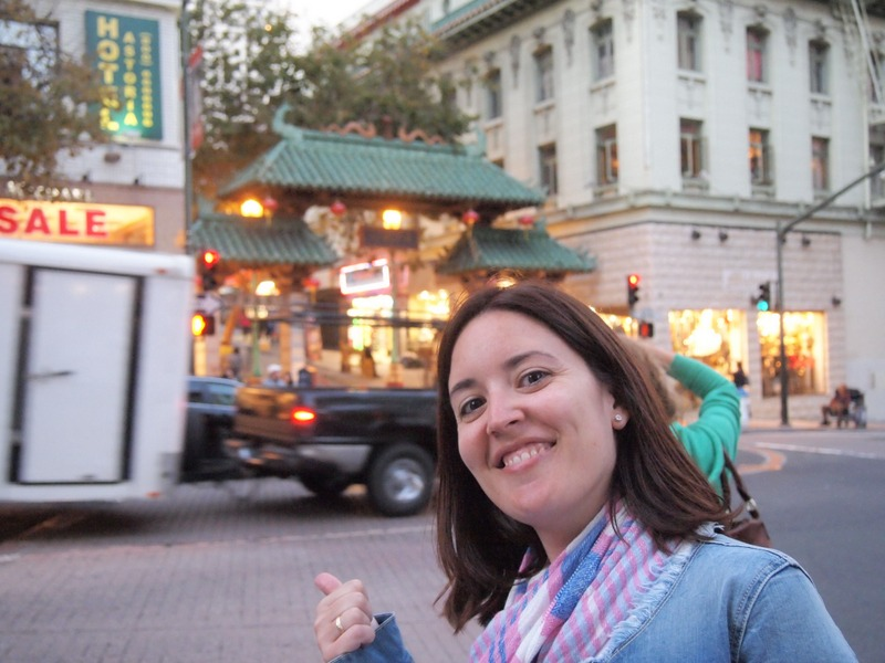 Lidia ante la Puerta del Dragon en Chinatown de San Francisco