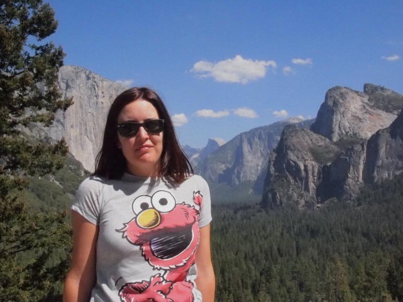 Lidia con el Half Dome y el Capitán, de fondo, en Yosemite