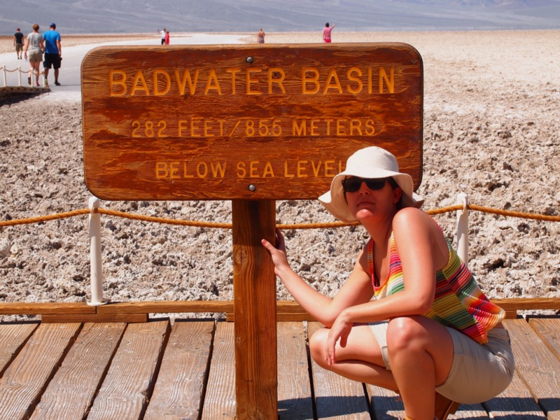 Lidia en el cartel indicativo de Badwater Basin en Death Valley