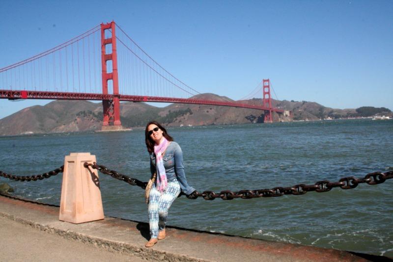 Lidia en la zona de Fort Point con el Golden Gate de fondo en San Francisco